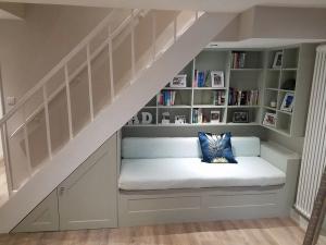 inspirasi ruang bawah tangga bagi rumah compact nan mungil